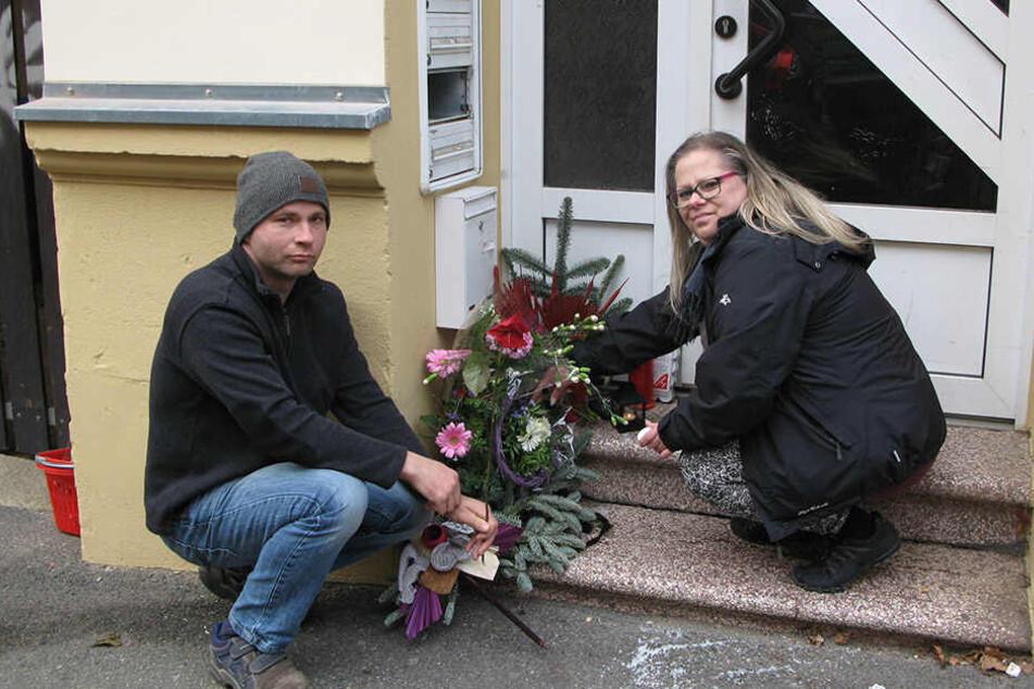 """Am Vormittag legten Kathi (39) und Mario (40) von der Huren-Hilfe """"Leuchtturm"""" Grablichter, Blumen und Gestecke vor dem Haus Zietenstraße 7 ab."""