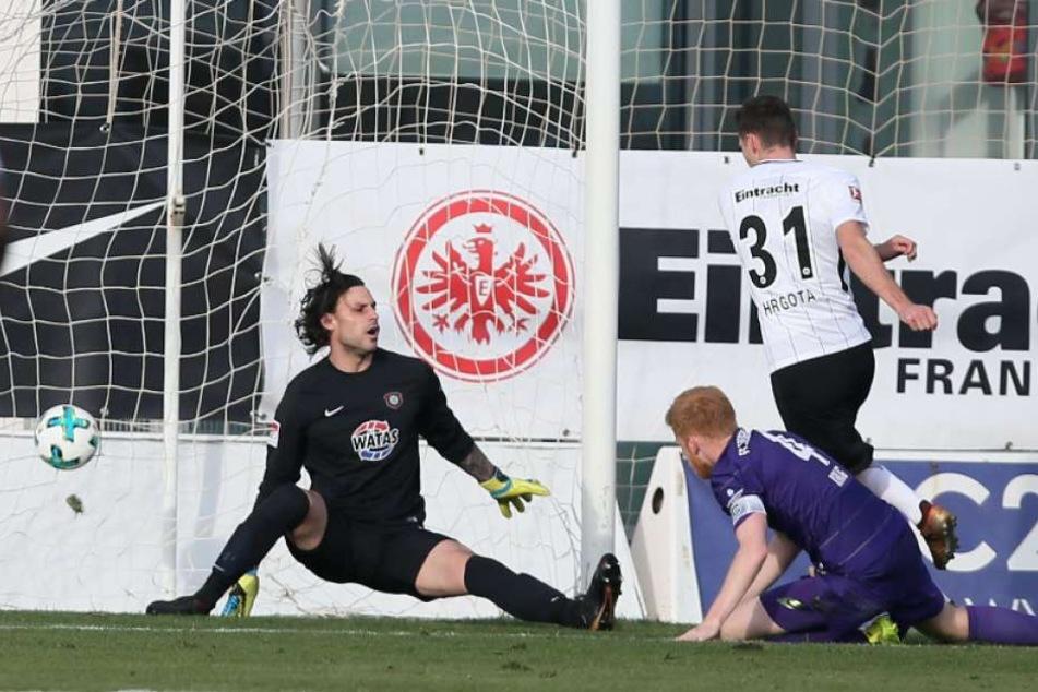 Torhüter Daniel Haas hatte keine Chance. Eintrachts Branimir Hrgota trifft zum 0:2.