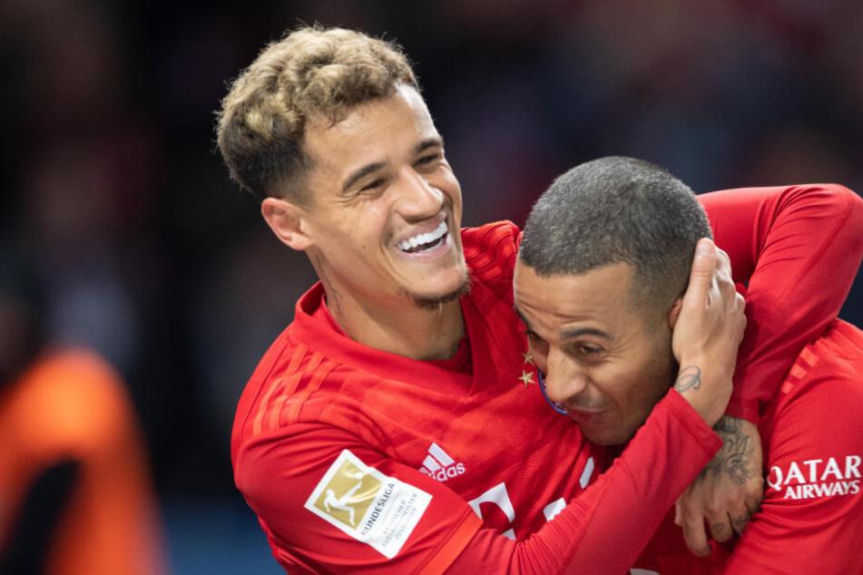 Philippe Coutinho (l) und Thiago von Bayern bejubeln das 3:0.