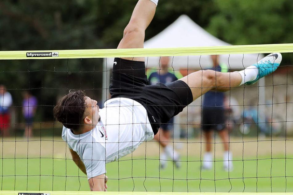 Tolle Aktion! Arianit Ferati beim Fußball-Tennis.