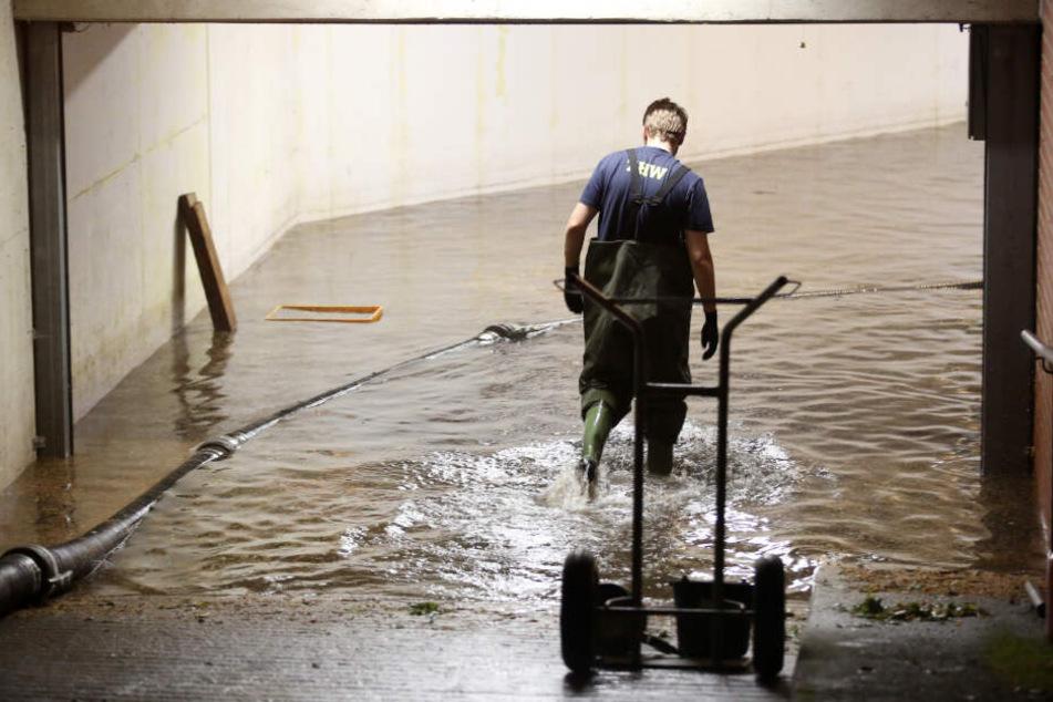 Starkregen hat am Dienstag eine Tiefgarage in Hamburg-Niendorf überschwemmt.