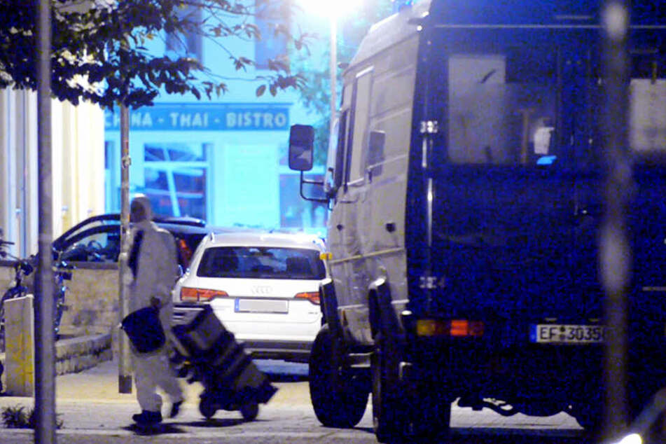 Ein Beamter der Tatortgruppe des Landeskriminalamtes geht in das Haus.