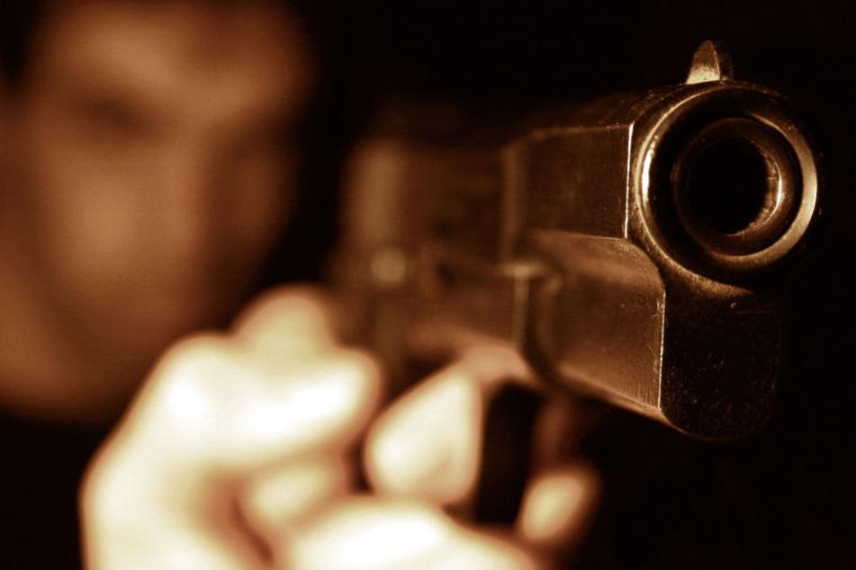Frau sieht Mann mit Schusswaffe und alarmiert die Polizei