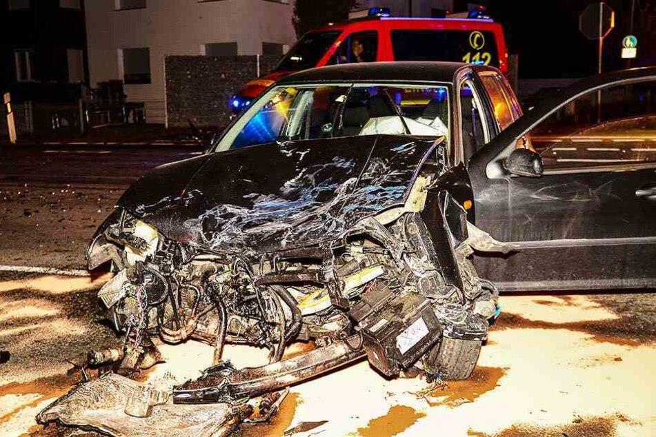 Der Fahrer des VW Golf wurde schwer verletzt.