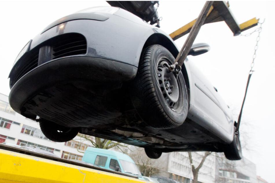 Ein Streit um ein abgeschlepptes Auto ist derart eskaliert, dass ein Mitarbeiter des Abschleppunternehmens umgefahren wurde. (Symbolbild)