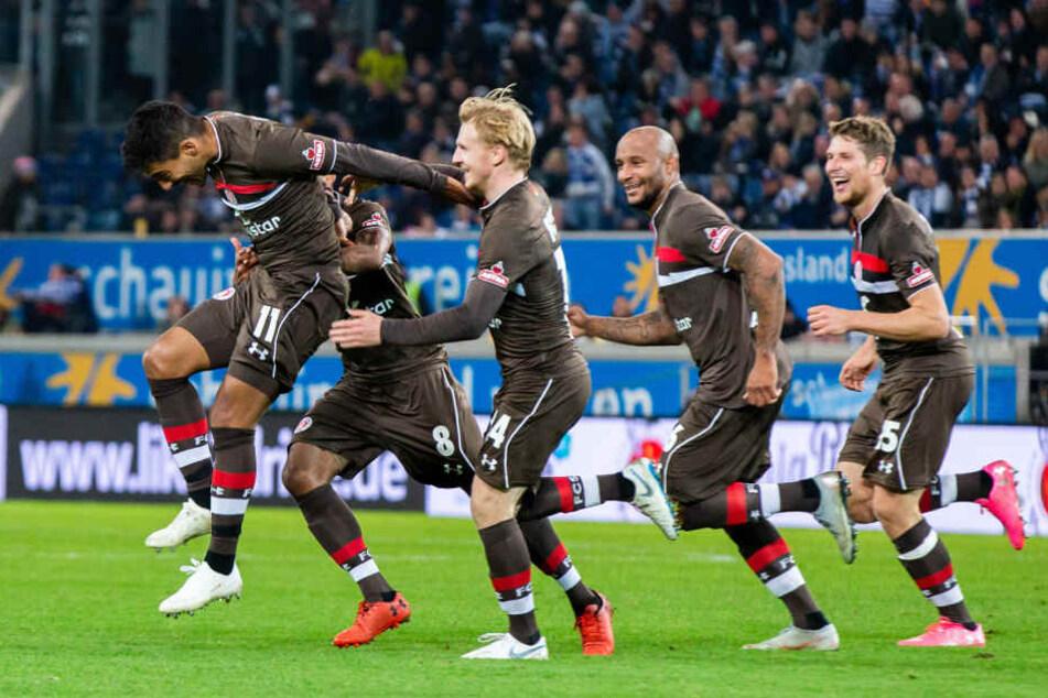 Sami Allagui (l) freut sich mit seinen Mitspielern über sein spätes Tor gegen Duisburg.