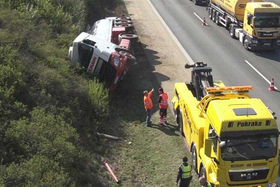 Unfall auf Autobahn: Lkw kippt auf A61 auf die Seite