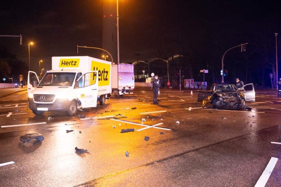 Auf der Kreuzung raste der Polo-Fahrer in den Transporter.