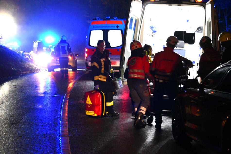 Rettungskräfte gehen vor Ort ihrer Arbeit nach.