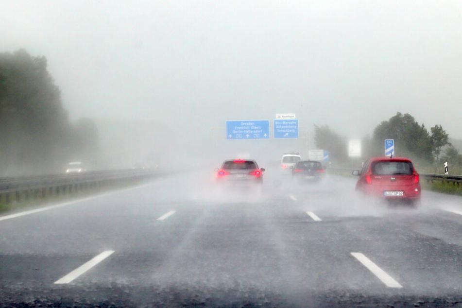 Heftige Regenschauer beeinflussten auch den Straßenverkehr (Symbolbild).