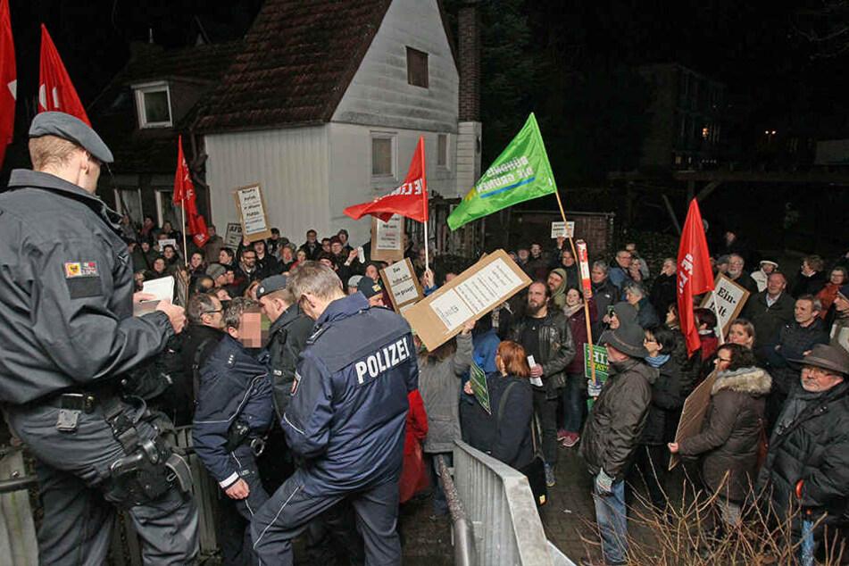 Mehrere Polizisten waren während der Demo in Herford im Einsatz.