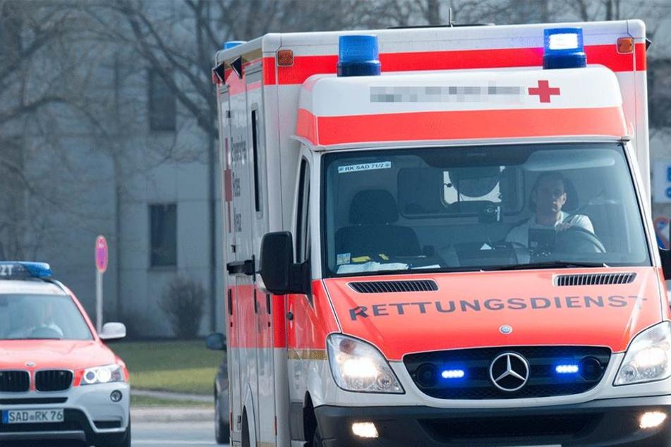 Der Passant musste am Ende auch schwerverletzt ins Krankenhaus gebracht werden  (Symbolbild).