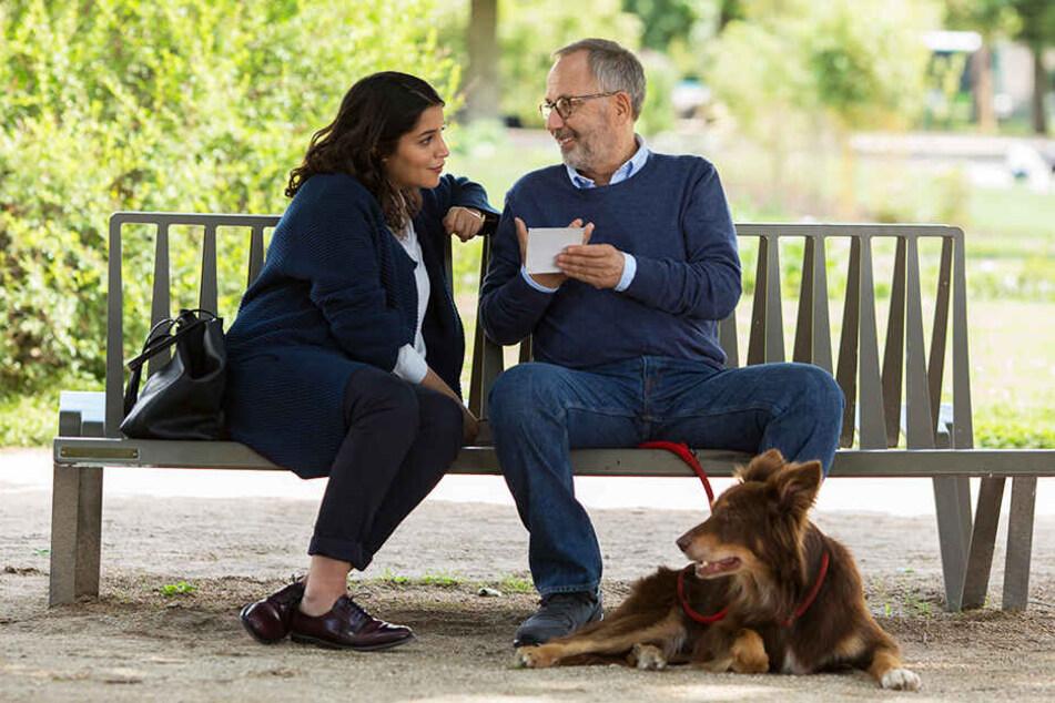 Die Logopädin Jeanne (l., Leila Bekhti) hilft Alain (Fabrice Luchini) bei seinem komplizierten Weg zurück ins Leben.
