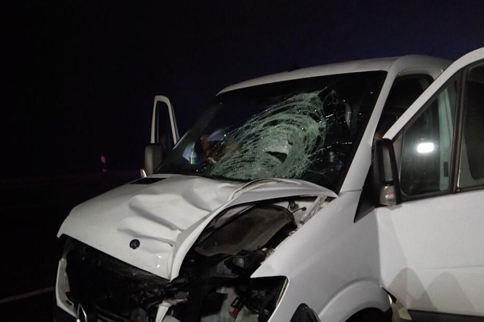 Auf der A2 in Sachsen-Anhalt ist am Sonntagabend ein 20-Jähriger zuerst von diesem Kleintransporter erfasst und später von zwei weiteren Fahrzeugen überrollt worden.