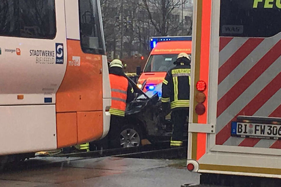 Die Feuerwehr ist derzeit damit beschäftigt, den BMW von den Schienen zu bekommen.