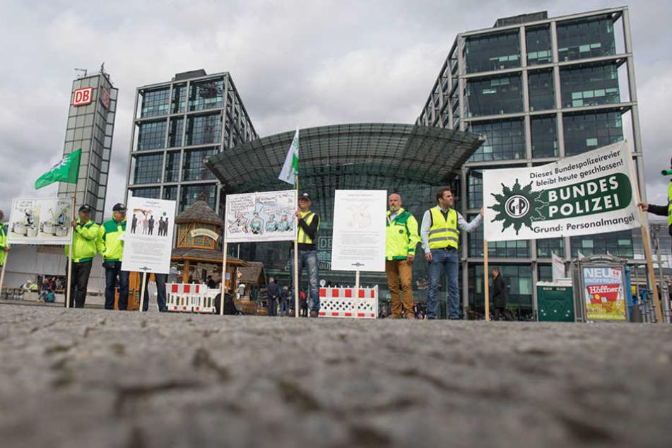 Nur rund ein Dutzend Polizisten erschienen zu der Demo vor dem Hauptbahnhof.