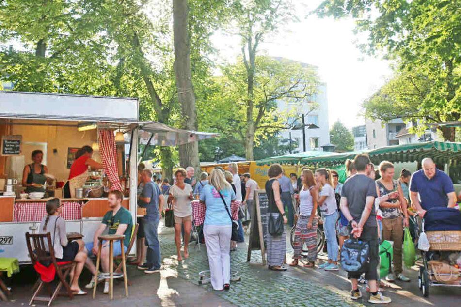 Jedes Jahr kommen zahlreiche Besucher zum Abendmarkt auf den Klosterplatz in der Bielefelder Altstadt.