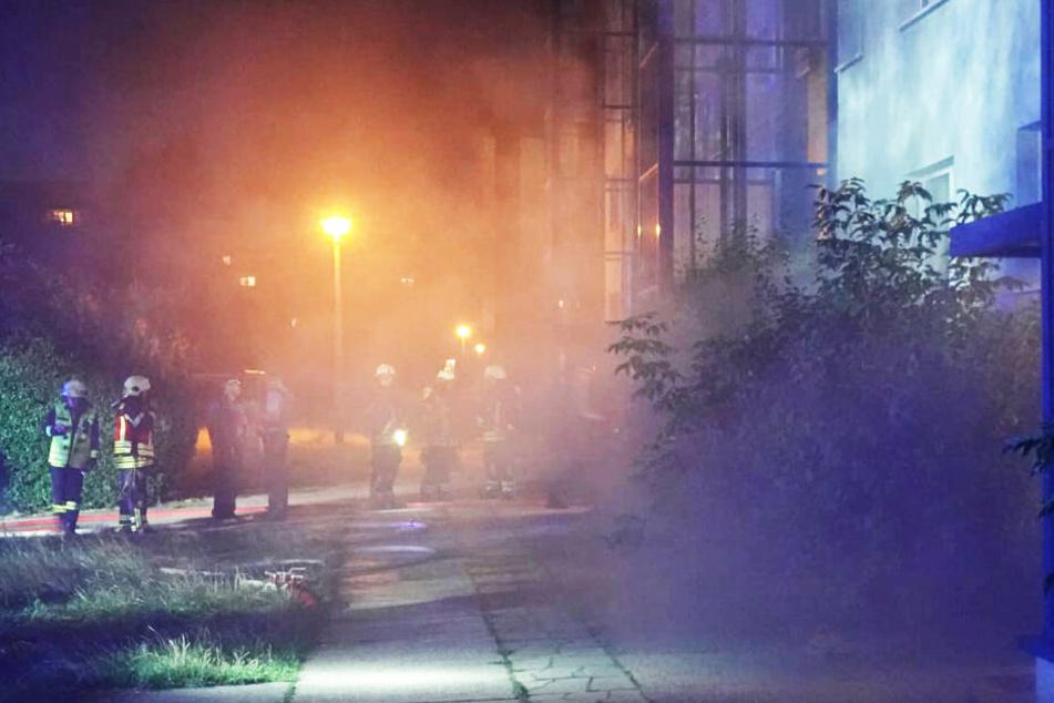 Erneut Grünau! Feuerteufel setzt Keller in Plattenbau in Brand
