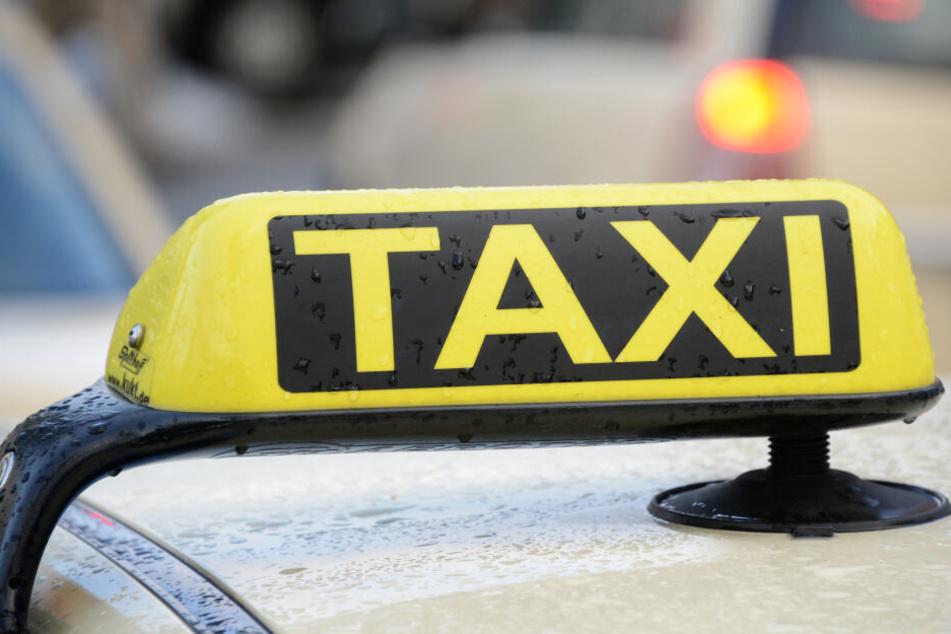 Mitten auf der Autobahn: Fahrgast würgt Taxifahrer!