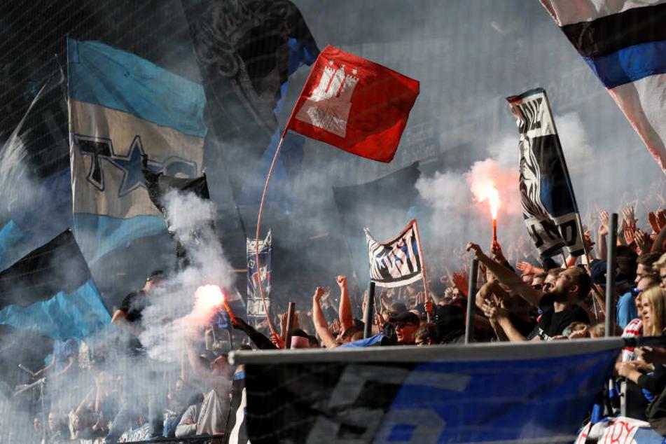HSV-Fans zünden während eines Spiels Pyro-Technik.