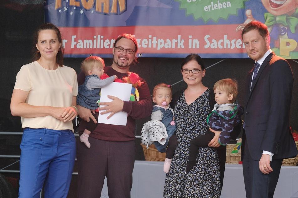 Ministerpräsident Michael Kretschmer (46, CDU) war am Samstag mit seiner Frau Annett Hofmann im Freitzeitpark Plohn beim Drillingstreffen. Mit dabei waren auch Edgar und Verena Kapler und ihre Drillinge aus Leipzig.