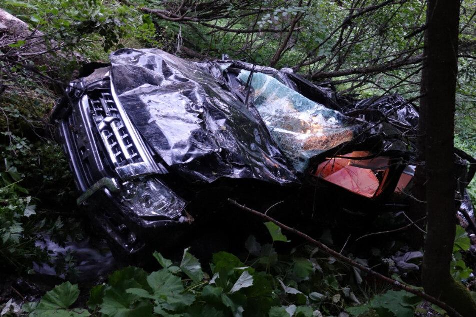 SUV-Fahrer kommt von Straße ab und stürzt 80 Meter in die Tiefe