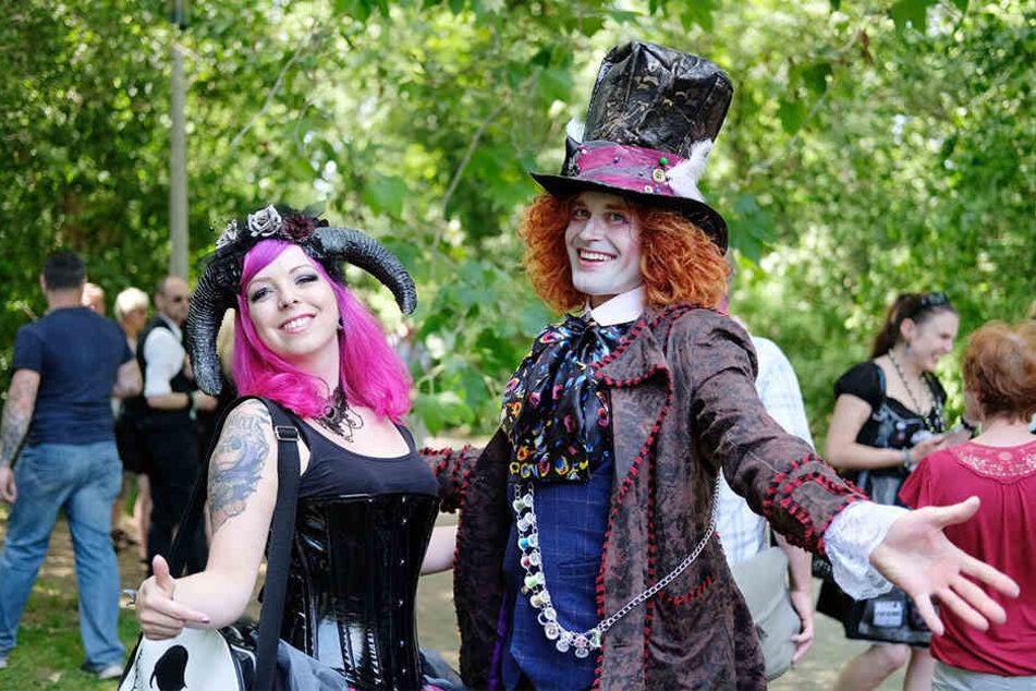 """Alice im Wunderland! Die Anhänger der """"Schwarzen Szene"""" tragen nicht nur schwarz. Einige setzen auch auf romantische, märchenhafte Outfits."""