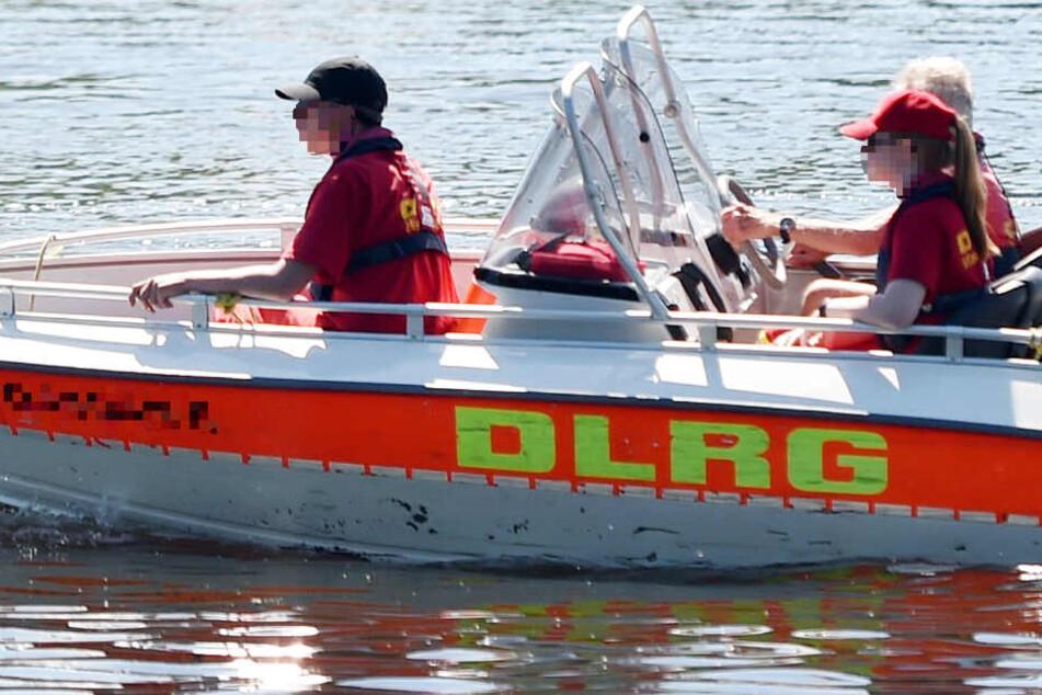 Neben Feuerwehr und Polizei waren auch DLRG-Kräfte im Einsatz (Symbolbild).
