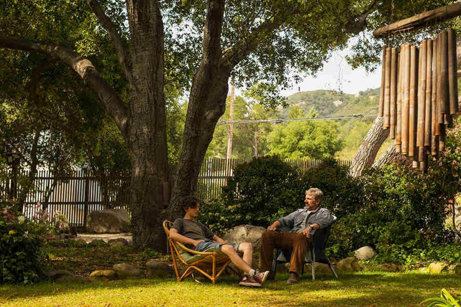 David Sheff (r., Steve Carrell) und Sohn Nic (Timothèe Chalamet) im Garten ihres großzügigen Hauses, als Nic eine bessere Phase hat.