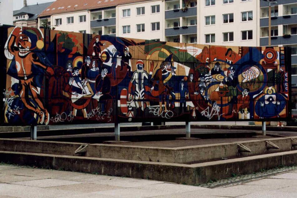 """Der Brunnen """"Jugend im Sozialismus"""" stand bis 1999 an der Theaterstraße. Die  136 Emailleplatten sollen an anderer Stelle wieder aufgebaut werden."""