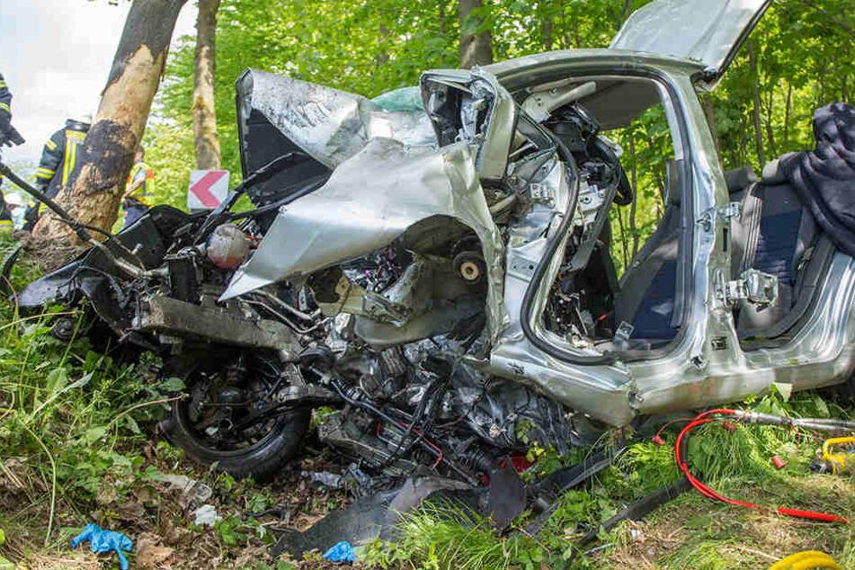 Der VW war ungebremst gegen einen Baum gerast.