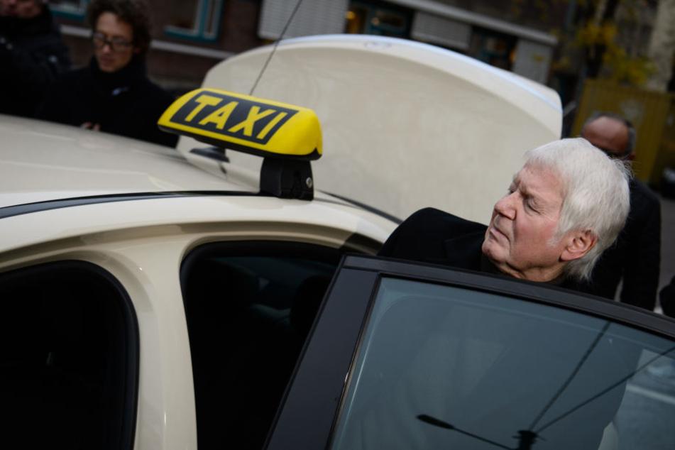 Nach dem Urteil im Landgericht in Stuttgart steigt Anton Schlecker in in Taxi.