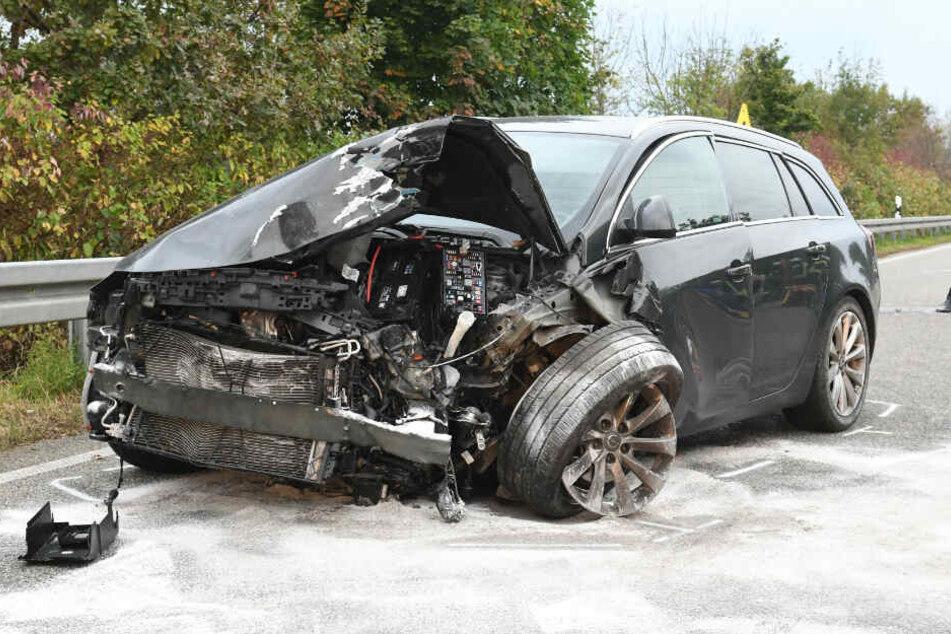 Der 37-Jährige wurde in seinem Opel leicht verletzt und ins Krankenhaus gebracht.