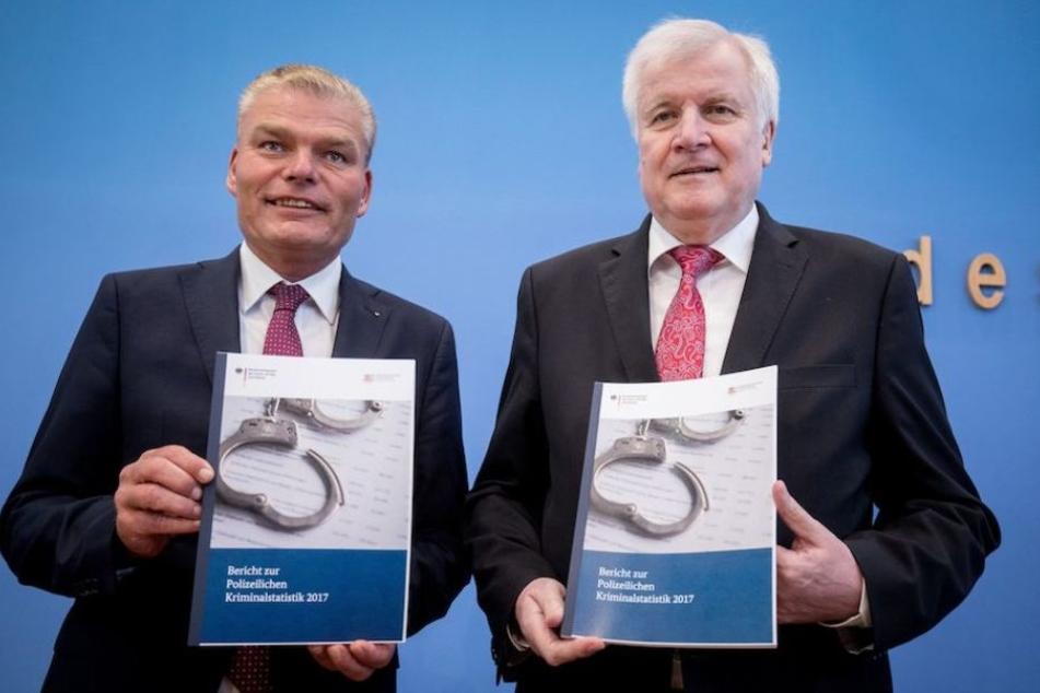 Bundesinnenminister Seehofer (68, re.) und der Innenminister Sachsen-Anhalts, Holger Stahlknecht (53, CDU), mit der Statistik.