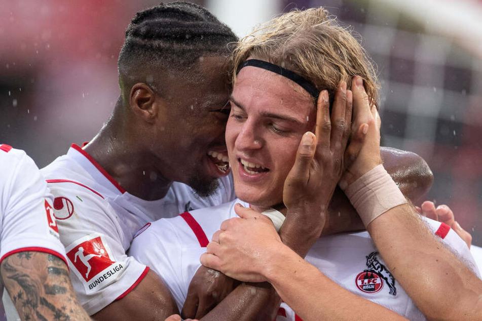 Kölns Kingley Ehizibue (l) und Torschütze Sebastiaan Bornauw jubeln nach dem Treffer zum 3:0.