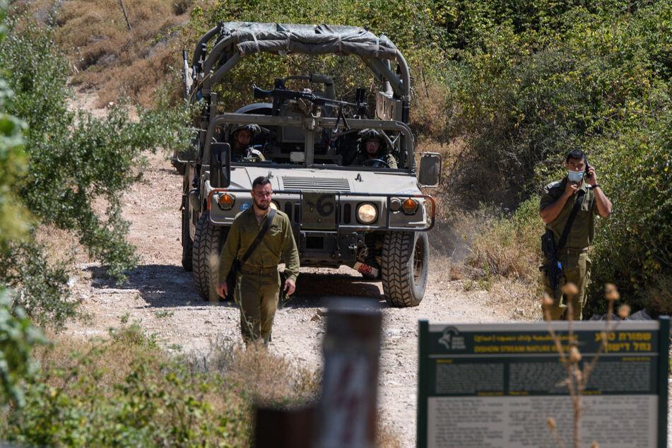 Israelische Soldaten bewegen sich in der Nähe der israelisch-libanesischen Grenze über eine Gebirgsstraße.