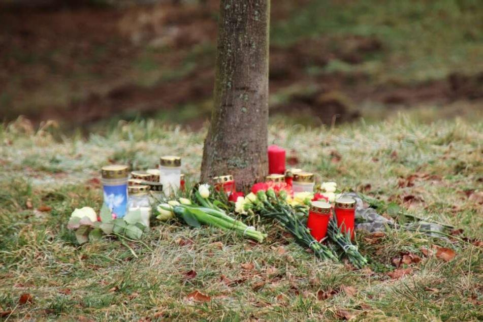 An der Unfallstelle wurden Blumen zum Gedenken an die Kinder niedergelegt.