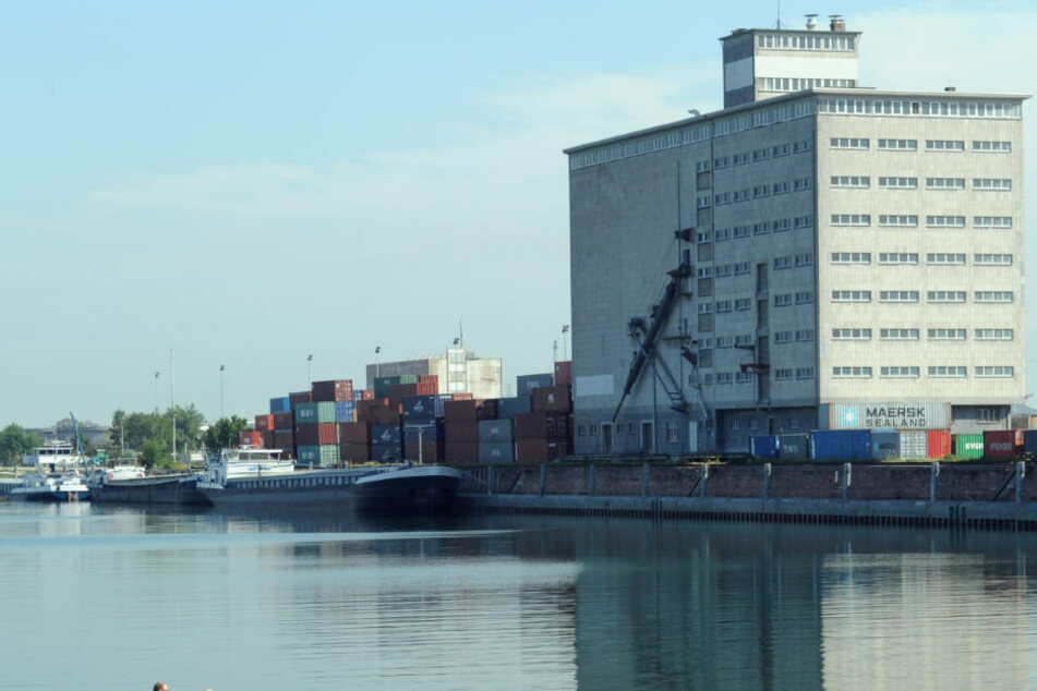 Das Becken hat sich ein Lotse im Mannheimer Hafen gebrochen. Er war zwischen einem Güterschiff und der Kaimauer eingeklemmt worden. (Symbolfoto)