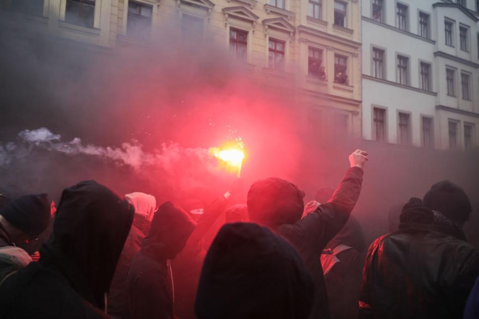 Rund 50 Personen sind am Montagabend spontan durch Connewitz gezogen, haben demonstriert und dabei Pyrotechnik gezündet. (Symbolbild)