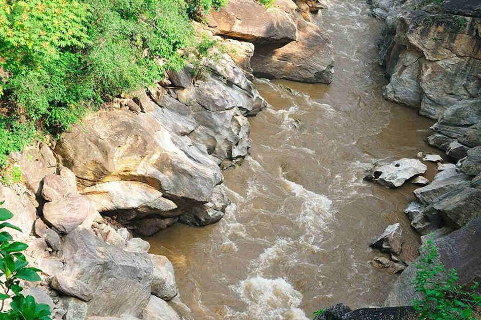 Der Säugling überlebte den tiefen Sturz in den reißenden Fluss wie durch ein Wunder. (Symbolbild)