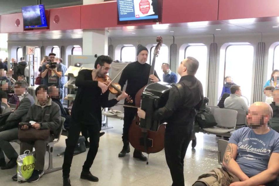 Die Musiker überraschten die wartenden Passagiere am Flughafen.