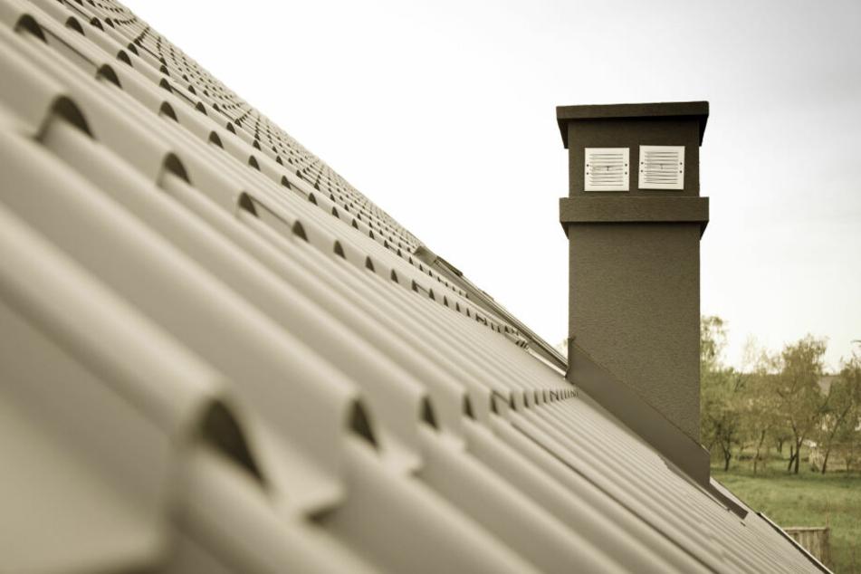 Der Mann stand auf dem Dach, erschreckte damit seine Nachbarn. (Symbolbild)