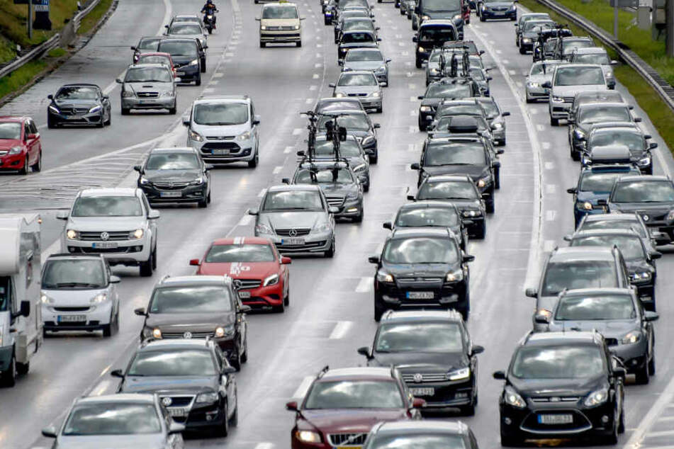 Der Verkehr auf der A1 staut sich.
