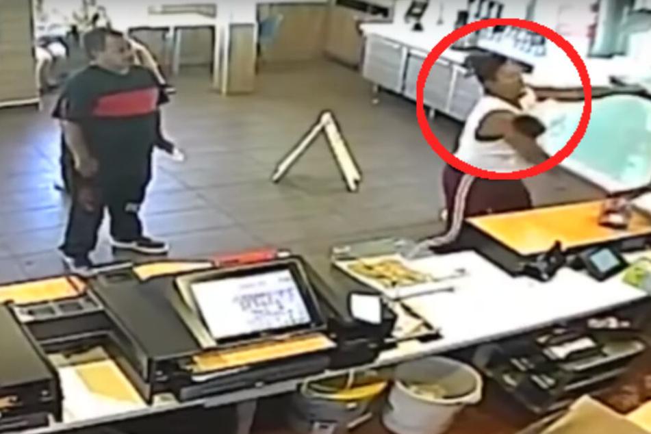 Angemessene Reaktion oder unprofessionelles Verhalten? Die Fast-Food-Managerin schleuderte der aufgebrachten Kundin ein Mixgerät an den Kopf.