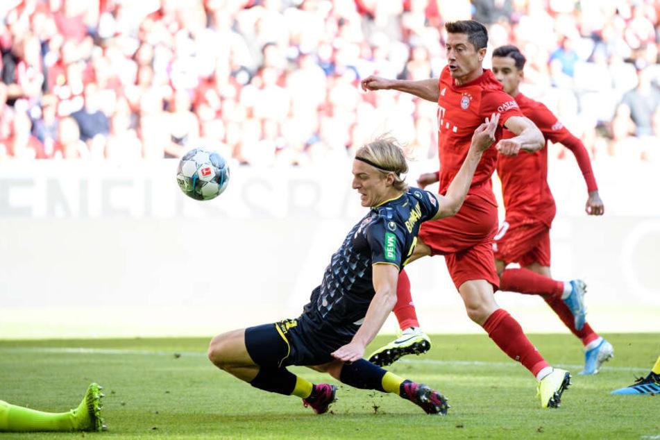 Robert Lewandowski trifft zum frühen 1:0 für Bayern gegen Köln (3.).