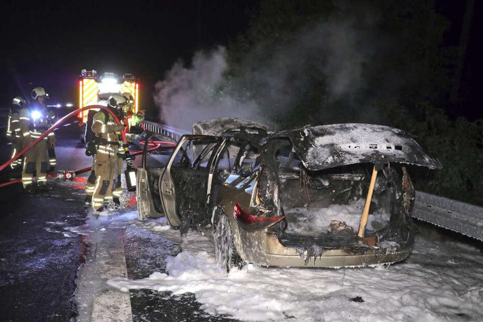 Die Kameraden der Feuerwehr konnten das Auto löschen.
