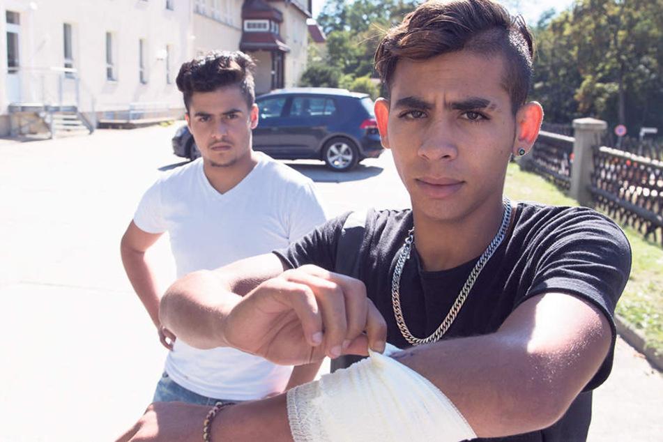 Mehdi (18, r.) behauptet, von Nazis mit einem Messer attackiert worden zu sein.