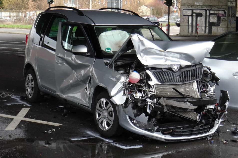 Bei dem Unfall entstand ein Sachschaden von etwa 13.000 Euro.
