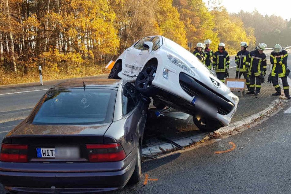 Der Wagen des 24-Jährigen fuhr einfach die Motorhaube hoch.