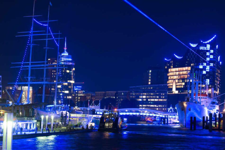 Mehr als 12.000 blaue Lichtelemente lassen den Hafen in blau leuchten.